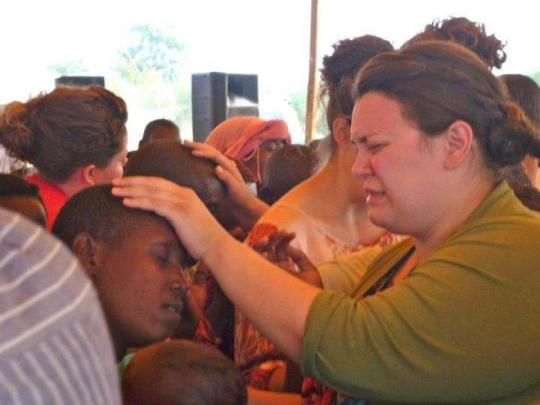 jenn-praying-in-tanzania